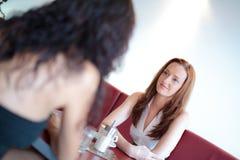 Deux femmes dans un restaurant, incliné Photographie stock