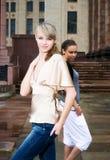 Deux femmes dans une ville Photos stock