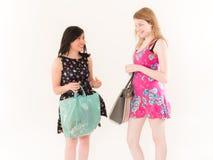 Deux femmes de achat regardant l'un l'autre Photographie stock libre de droits