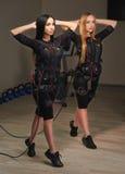 Deux femmes de forme physique de SME faisant des exercices de mouvement brusque effet de lueur Images stock