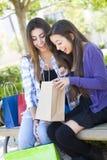 Deux femmes de l'adolescence de métis regardant dans des sacs Photographie stock