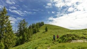 Deux femmes de randonneurs marchant dans les montagnes Image libre de droits
