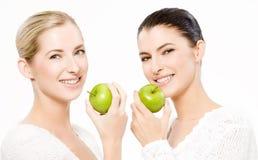 Deux femmes de sourire avec des pommes Photographie stock