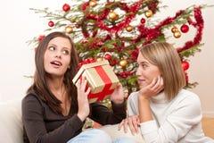 Deux femmes de sourire avec le cadeau de Noël Photographie stock
