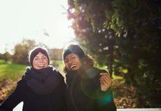 Deux femmes de sourire se tenant sur le pont en parc Image libre de droits