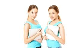 Deux femmes de sourire tenant la tablette Image stock