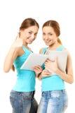 Deux femmes de sourire tenant la tablette Photos libres de droits