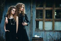 Deux femmes de vintage comme sorcières Photo stock