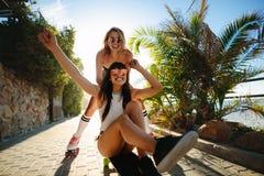 Deux femmes des vacances appréciant le patinage Images stock
