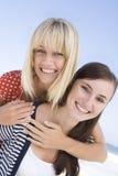 Deux femmes des vacances de plage Images stock