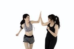 Deux femmes donnant la haute cinq dans le studio Images libres de droits