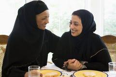 Deux femmes du Moyen-Orient appréciant un repas Photographie stock