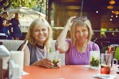 Deux femmes en café extérieur Images stock
