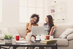 Deux femmes en ligne avec la carte de crédit et l'ordinateur portable Photo libre de droits