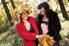 Deux femmes en parc automnal Images libres de droits