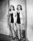 Deux femmes entrant dans une chambre et un sourire (toutes les personnes représentées ne sont pas plus long vivantes et aucun dom Photo stock