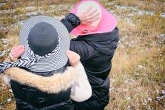 Deux femmes et première neige image stock