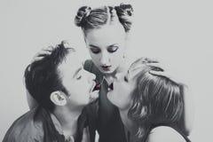 Deux femmes et un homme avec les cerises mûres rouges Image stock