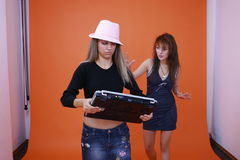 Deux femmes et un ordinateur portatif 2 image stock