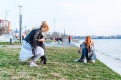 Deux femmes et un petit garçon sur le lac Photos stock