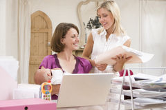 Deux femmes et une chéri dans le Home Office  photos stock