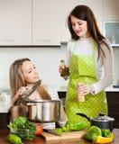 Deux femmes faisant cuire dans la casserole Photos stock
