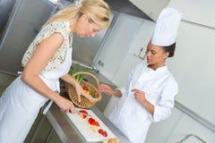 Deux femmes faisant cuire dans la cuisine Image libre de droits