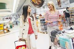 Deux femmes faisant des emplettes dans le supermarché Photos libres de droits