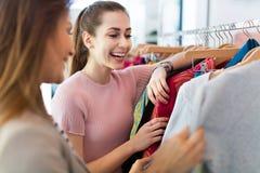 Deux femmes faisant des emplettes dans une boutique Image stock