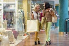 Deux femmes faisant des emplettes pour des vêtements de mode Photo stock