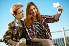 Deux femmes faisant un selfie Photographie stock libre de droits