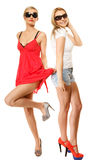 Deux femmes folles sexy en été vêtx des lunettes de soleil photographie stock