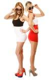 Deux femmes folles sexy en été vêtx des lunettes de soleil photos stock