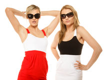 Deux femmes folles sexy en été vêtx des lunettes de soleil Photographie stock libre de droits
