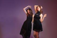 Deux femmes gaies dansant et souriant Photos libres de droits