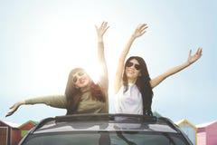 Deux femmes heureuses appréciant la liberté Images stock