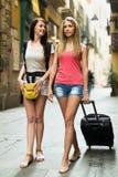 Deux femmes heureuses avec le bagage Images libres de droits