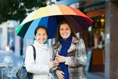 Deux femmes heureuses avec le parapluie Photographie stock libre de droits