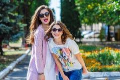 Deux femmes heureuses ayant l'amusement dans le parc Photo stock