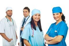 Deux femmes heureuses de chirurgiens et leur équipe d'hommes Photo libre de droits
