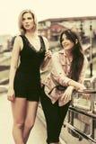 Deux femmes heureuses de mode marchant dans la rue de ville Photo libre de droits