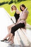 Deux femmes heureuses en parc de ville Photographie stock