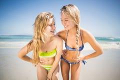 Deux femmes heureuses se tenant sur la plage Image stock