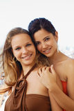 Deux femmes heureuses souriant à l'appareil-photo Images stock