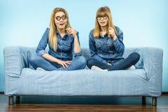 Deux femmes heureuses tenant de fausses lunettes sur le bâton Photos libres de droits
