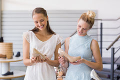 Deux femmes heureuses tenant des chaussures de talon Photo libre de droits