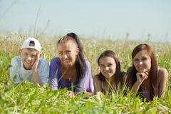 Deux femmes heureux avec des années de l'adolescence Image libre de droits