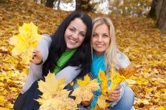 Deux femmes heureux dans la forêt d'automne Image libre de droits