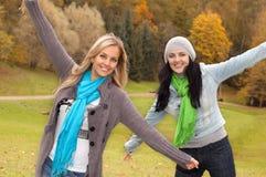 Deux femmes heureux dans la forêt d'automne Image stock