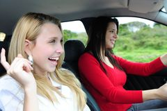 Deux femmes heureux dans un véhicule Photos stock